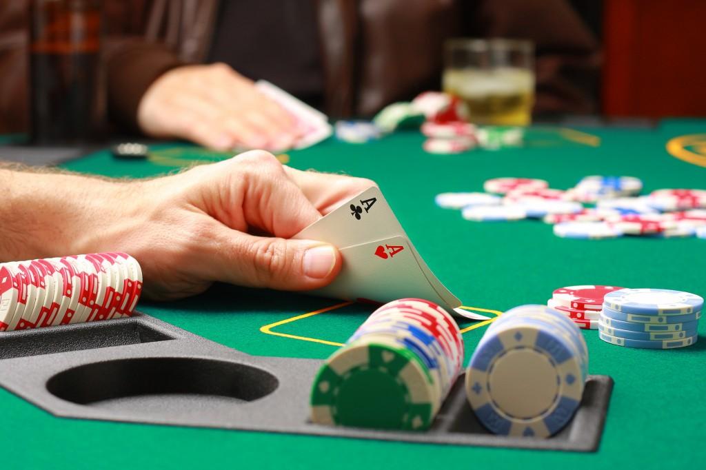 242445_kazino_karty_tuzy_poker_fishki_2475x1650_(www.GdeFon.ru)